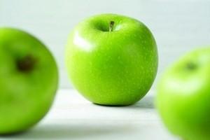 Пятна от яблок – чем вывести