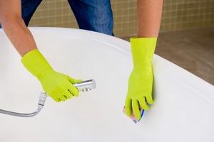 Чем чистить акриловую ванну