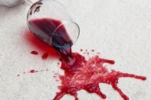 Как отстирать красное вино с ткани