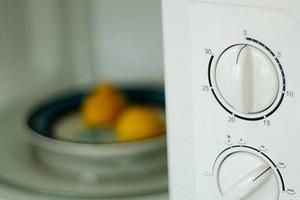 Как быстро очистить микроволновку
