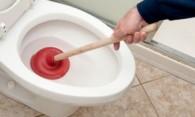 Как прочистить засор в унитазе – действуем профессионально