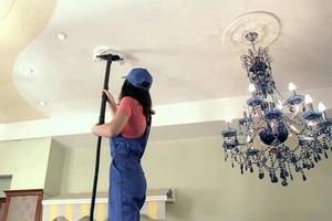 Как мыть натяжные потолки глянцевые