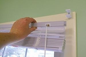 Как повесить жалюзи на окно