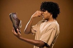 Как устранить запах из обуви