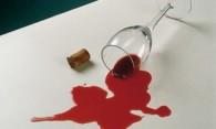 Как вывести пятна от вина с цветной, белой и темной одежды?