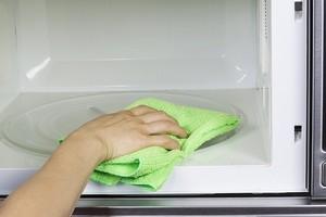 как удалить запах гари в микроволновке