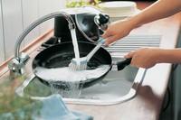мыть сковороду