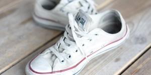 Как убрать желтые пятна с кед: стираем обувь правильно