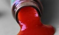 Чем вывести пятно от кетчупа с белого и цветного?