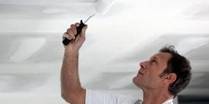 Как правильно покрасить потолок и стены водоэмульсионкой по побелке?
