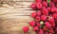 Пятна от малины: как вывести ягодный сок с одежды?