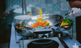 Чем хороши сковородки вок и как их выбрать?