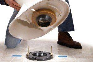 Как самостоятельно закрепить новый унитаз на кафельном полу?
