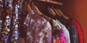 Одежда пахнет сыростью и плесенью: как вернуть ей приятный аромат?
