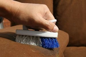 Як почистити оббивку дивана