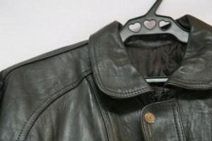 Як відпрасувати куртку зі шкірозамінника