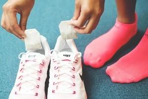 Як видалити запах з кросівок