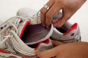 Як прибрати запах з кросівок
