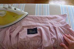 50ef008b9a9f022 как правильно погладить мужскую рубашку складываем рукава ...