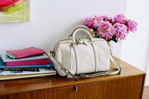 16b1ea801834 Как почистить белую кожаную сумку – советы для модниц