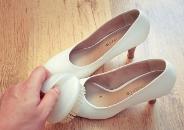 плями на взуття з білої шкіри
