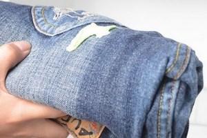 жуйка на джинсах