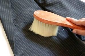 чистка піджака щіткою