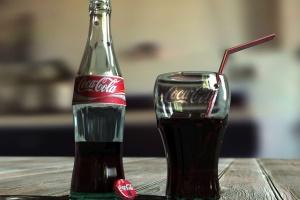 кока-кола в склянці