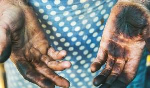 руки в сажі