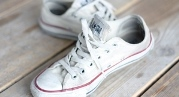 прати білу ганчір'яну взуття