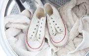 прати білі тканинні кеди